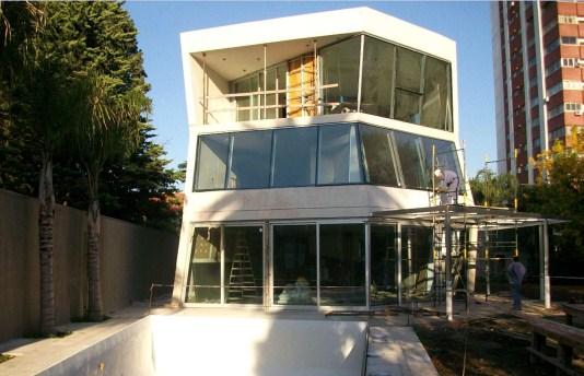 Fotografía 1 – Casa y piscina elaboradas con hormigón de cemento blanco (CABA)